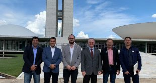 prefeito josué ramos e autoridades posam diante do Congresso Nacional