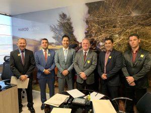 prefeito josué ramos e autoridades posam em escritório em Brasília