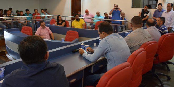 vereadores e munícipes no plenário da câmara