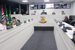 vereadores reunidos na câmara de carapicuíba