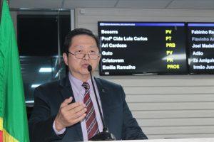 dr vong discursando na tribuna da câmara de carapicuíba