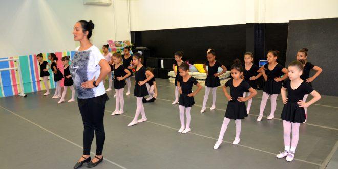 alunas de balé de carapicuíba praticam passos com professora