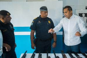 secretário almir rodrigues mostra novas armas a guarda civil