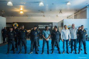 secretário almir, secretário adjunto marco antonio, vereador professor osmar e guardas posam para foto