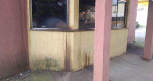 parte da fachada do prédio em questão, com sinais visíveis de desgaste