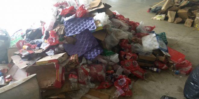 monte de lixo da festa do peão de cotia que será reciclado