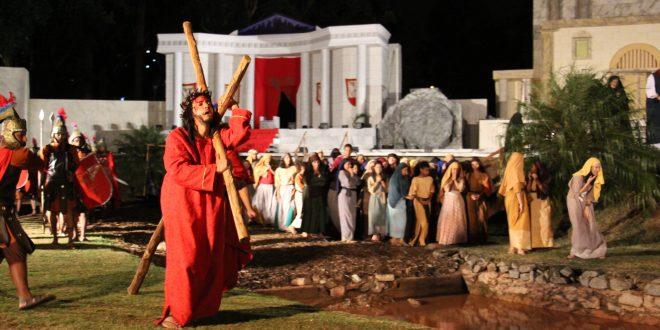 cena da peça paixão de cristo na aldeia de carapicuíba
