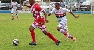 jogadores do Planalto e do Brasinha disputam uma partida de futebol