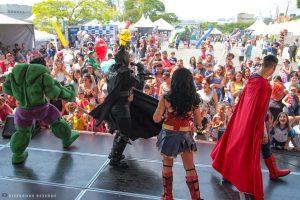 pessoas fantasiadas de superheróis em palco