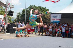 uma criança saltando durante desfile