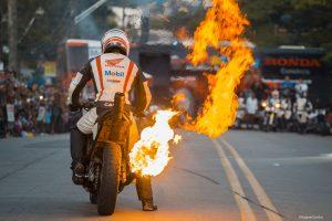 moto fazendo manobras para entreter o público