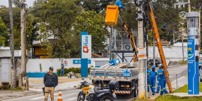 homens trabalhando em instalação de iluminação nova na avenida são camilo