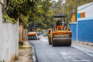 homens e máquinas trabalhando em recapeamento da avenida são camilo
