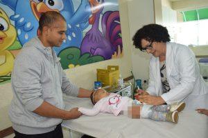 um bebê recebe uma dose da vacina contra a gripe em são roque