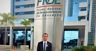 vereador cabo jean posa diante de placa do FNDE