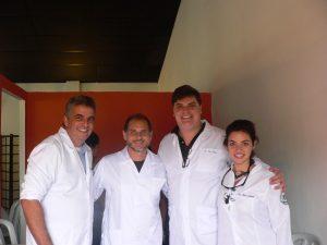 quatro odontologistas posam para foto