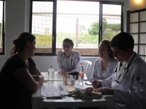 médicos atendendo pacientes