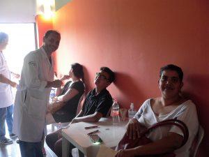 médico, pacientes e mãe posam para foto