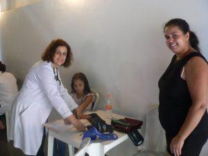 médica, paciente e mãe posam para foto