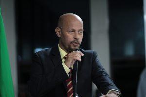 Ari Cardoso discursando na tribuna da câmara de carapicuíba