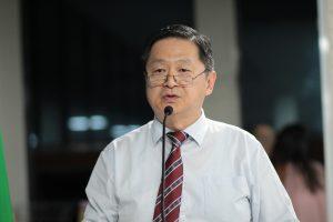 Dr. Vong discursando na tribuna da câmara de carapicuíba
