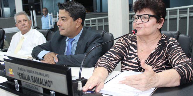 emília ramalho discursando durante sessão da câmara de carapicuíba observada por colegas