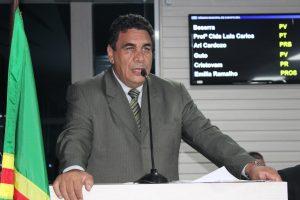 Irmão Jucelino discursando na tribuna da câmara de carapicuíba