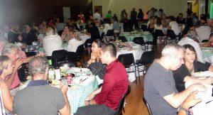 dezenas de mesas ocupadas por convidados do jantar
