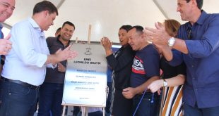 prefeito e autoridades aplaudem após revelar placa de inauguração de escola