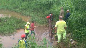 homens e máquinas trabalhando na desobstrução do piscinão do mirante da mata
