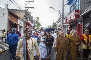 integrantes de diversas religiões caminhando juntos no centro de cotia
