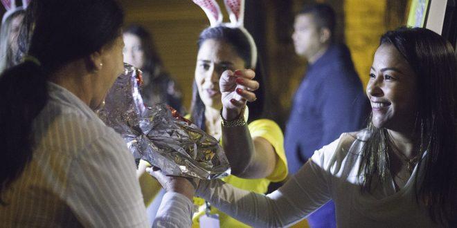 mara franco distribuindo ovos de páscoa diante de vã da prefeitura de cotia