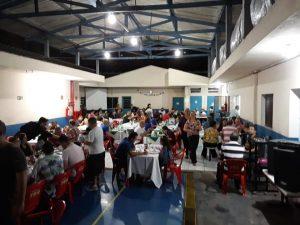 pessoas reunidas para a noite da pizza da apae