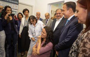 joão doria e autoridades acompanhando aplicação de uma dose de vacina contra a gripe