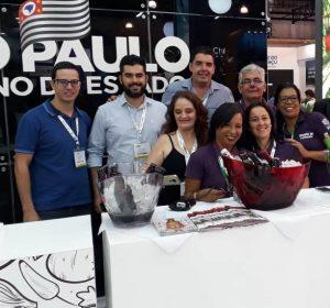 equipe do estande de são roque na wtm latin america posa para foto