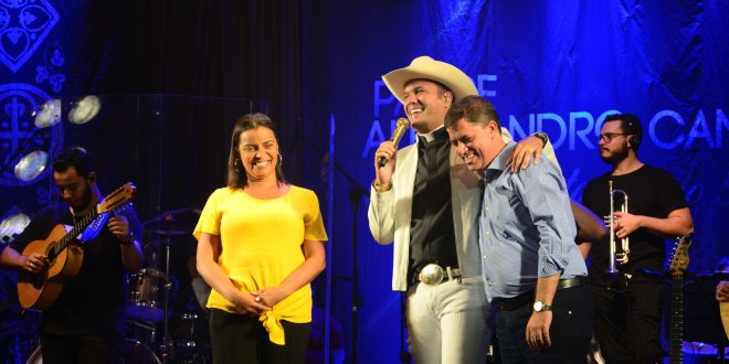 prefeito marcos neves, vice prefeita gilmara gonçalves e padre alexandre campos no palco do show de aniversário da cidade