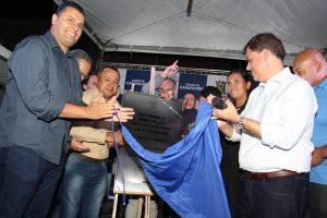 prefeito marcos neves, vice prefeita gilmara gonçalves e autoridades descobrem placa inaugural da ubs florispina de carvalho reformada