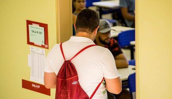 um candidato prestes a entrar numa sala para prestar o vestibular da fatec