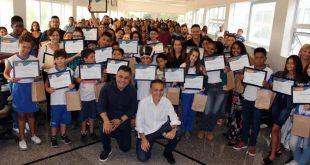 Alunos de escolas municipais de Cotia recebem certificado por desempenho em olimpíadas escolares