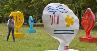 Fluxo irrefletido do cotidiano é tema de exposição itinerante de esculturas em parque de São Paulo