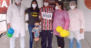Emoção marca a saída de pacientes que venceram a Covid-19 no hospital de campanha de Cotia.