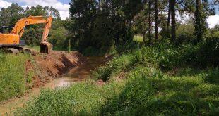 Cotia/SP – Córregos dos Mendes passam por desassoreamento