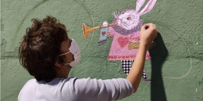 Cenógrafa Alexandra Cavassana instala ilustração do Coelho, feita originalmente por Darcy Penteado na década de 1960, na rua Rui Barbosa, Centro de São Roque/SP