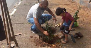 Vereador de Cotia, Peka Santos , contribui com a arborização urbana do município